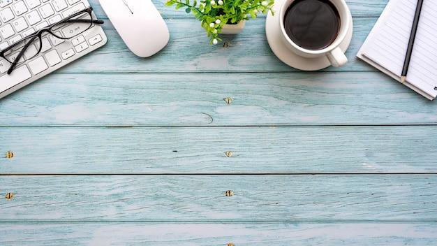 Bureau met toetsenbordkoffiemuis op de houten tafel in de kopieerruimte op kantoor.