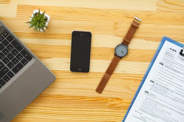 Bureau met verschillende gadgets en kantoorbenodigdheden
