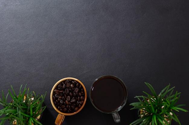 Bureau mok koffie en koffiebonen bovenaanzicht