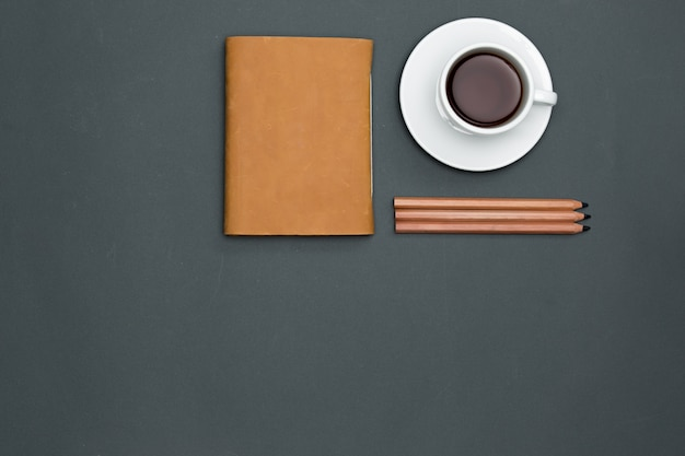 Bureau tafel met potloden, notebook en een kopje koffie
