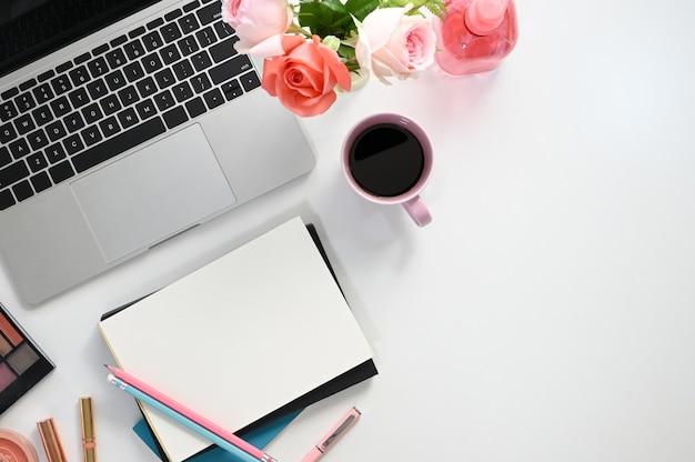 Bureau van creatief vrouwelijk bureau, mening vanaf bovenkant van vrouwenapparatuur die op het witte bureau zetten.