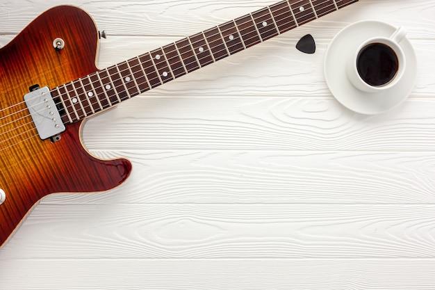 Bureau van muzikant voor songwriterwerk met koptelefoon en gitaar
