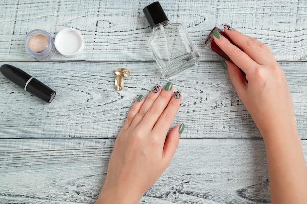 Bureau. vrouw werkplek. dameshanden, laptop, parfum en cosmetica