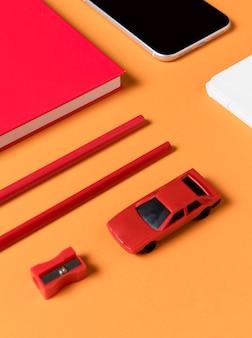 Bureauaccessoires met hoge kijkhoek en speelgoedauto's