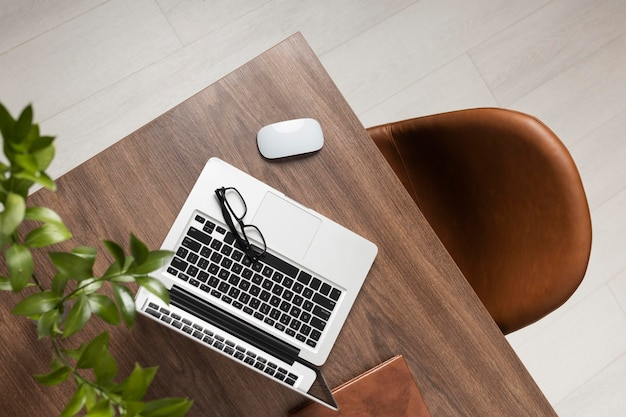Bureauassortiment met laptop bovenaanzicht
