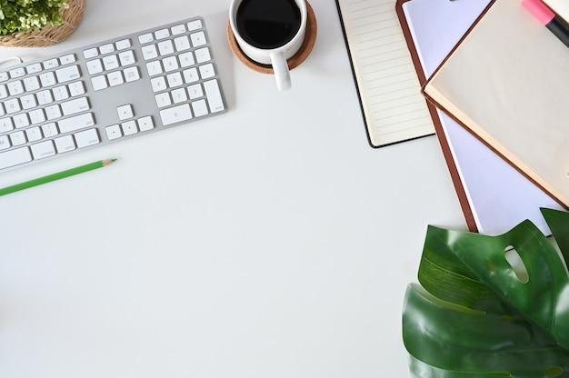 Bureauconcept, hoogste meningswerkruimte hipster met computer, koffie, boeken en bladdecoratie.
