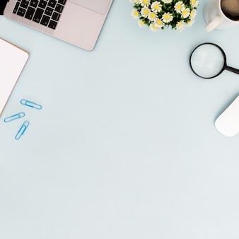 Bureauconcept met koffie op blauwe achtergrond met copyspace
