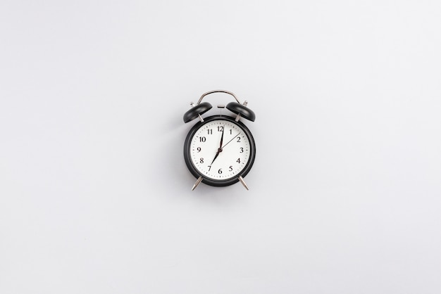 Bureaudesktop met een klok