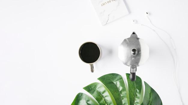 Bureaudesktop met een koffiekop