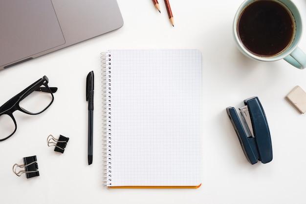 Bureaudesktop met een notitieboekje