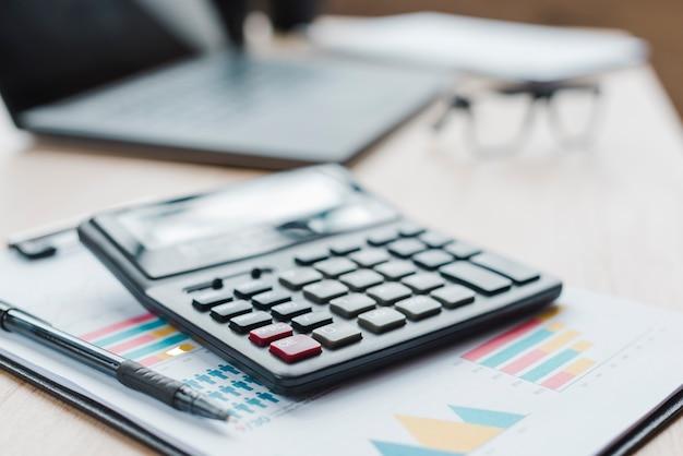 Bureaudesktop met laptop en analyses