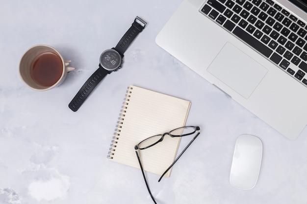 Bureaudesktop met laptop en andere elementen