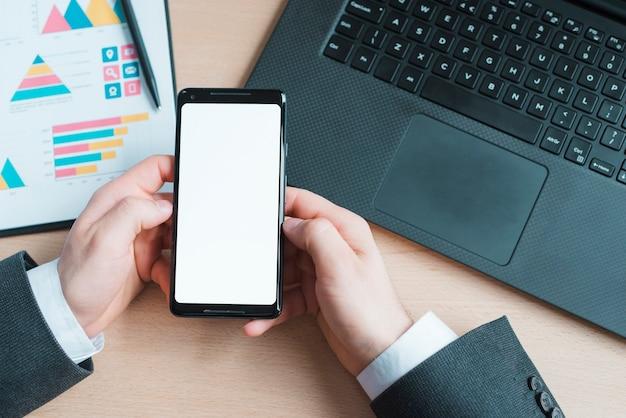 Bureaudesktop met laptop en mobiele telefoon