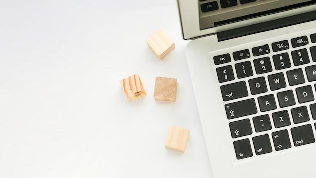 Bureaudesktop met laptop