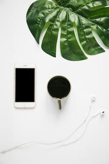 Bureaudesktop met mobiele telefoon