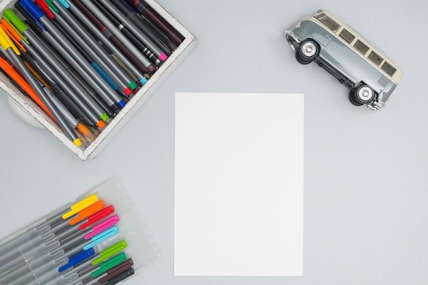 Bureaudesktop met tekenmaterialen