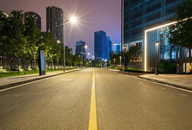 Bureaugebouwen en wegen bij nacht in het financiële centrum, chongqing, china