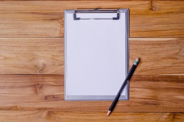 Bureaulijst met kort schrijfpapier en potlood.