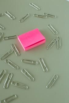 Bureaulijst met roze document post-itnota