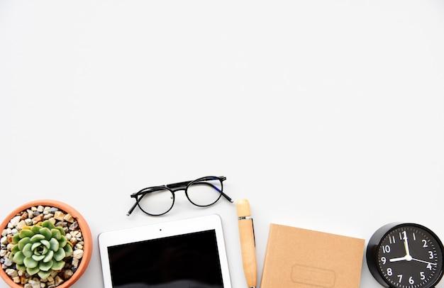 Bureaulijst met toetsenbord, muis, notitieboekje, pen en cactus