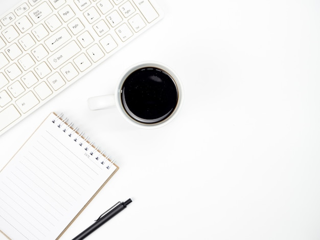 Bureaulijst met toetsenbordcomputer, koffie en ander bureau