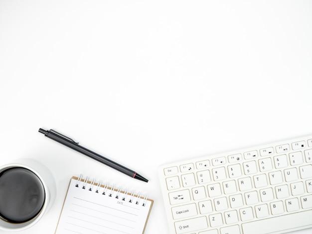 Bureaulijst met toetsenbordcomputer, koffie en andere kantoorbehoeften van noodzaak