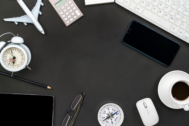 Bureaulijst van bedrijfswerkplaats en bedrijfsvoorwerpen op zwarte