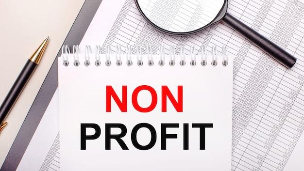 Bureauloep, rapporten, pen en notitieboekje met tekst non profit. bedrijfsconcept