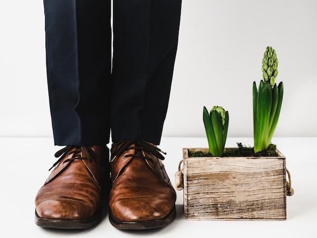 Bureaumanager die zich in modieuze schoenen bevindt. detailopname