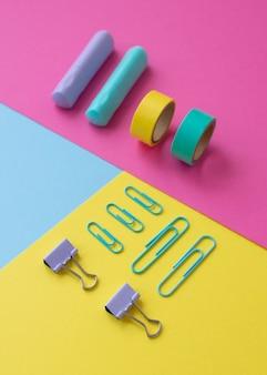 Bureauopstelling met kleurrijke tape en paperclips