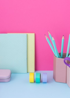 Bureauopstelling met kleurrijke tape hoge hoek