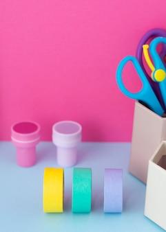 Bureauopstelling met kleurrijke tape