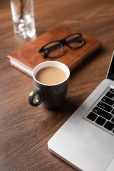 Bureauopstelling met koffie hoge hoek
