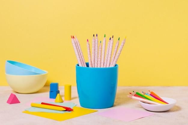 Bureauopstelling met kommen en potloden