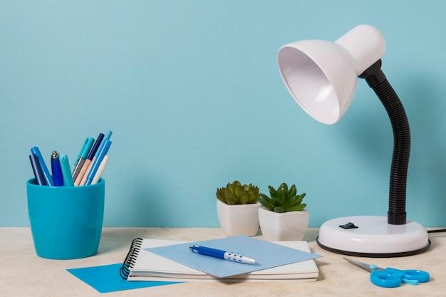 Bureauopstelling met lamp en planten