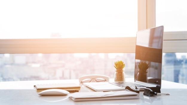 Bureauopstelling met laptop op tafel
