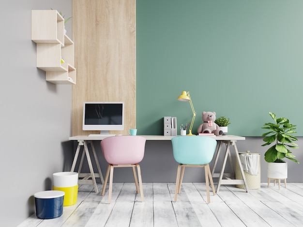 Bureauruimte met een pastelkleurachtergrond.