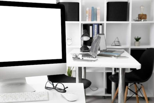 Bureaus met computerscherm en laptop