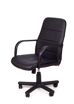 Bureaustoel geïsoleerd op een witte achtergrond, moderne verstelbare stoel van zwart leer.