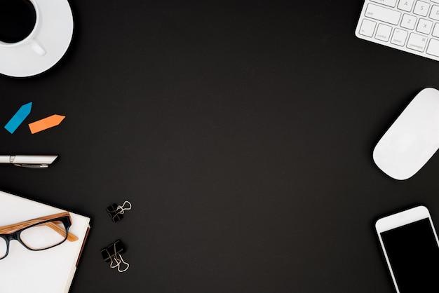 Bureautafel met computer, lenzenvloeistof, witte muis, zilveren pen, multikleuren post-it