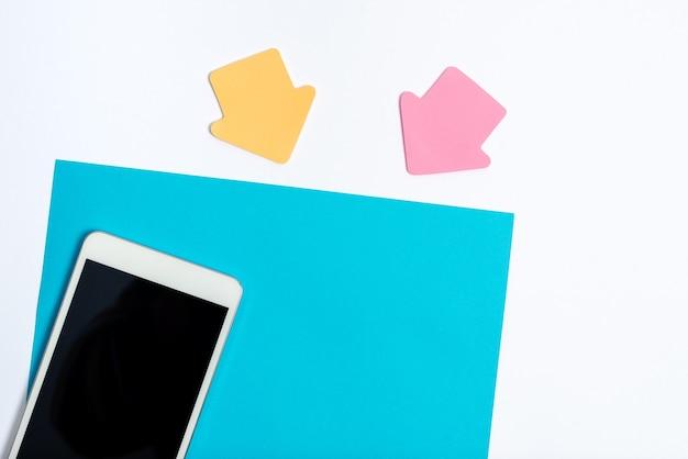 Bureautafel met smartphone lederen portemonnee brillen notepad.moderne technologische mobiele telefoon