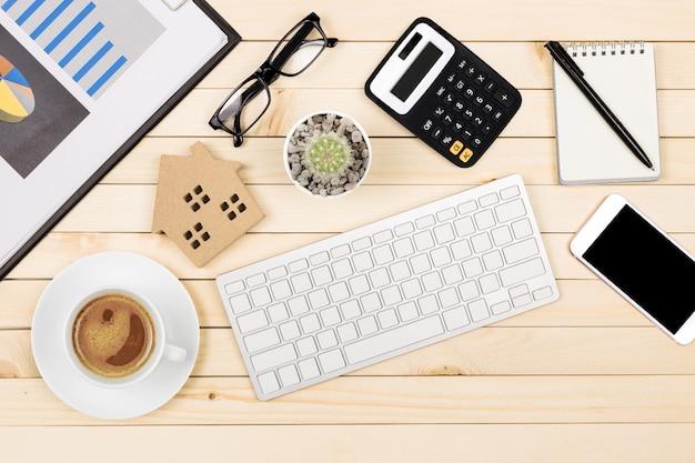 Bureautafel van moderne werkplaats met laptop op houten lijst