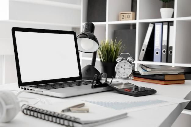 Bureauwerkruimte met lamp en laptop