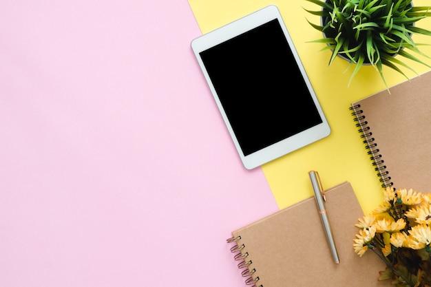 Bureauwerkruimte - vlak leg hoogste meningsfoto van het werk ruimte met lege spot op tablet