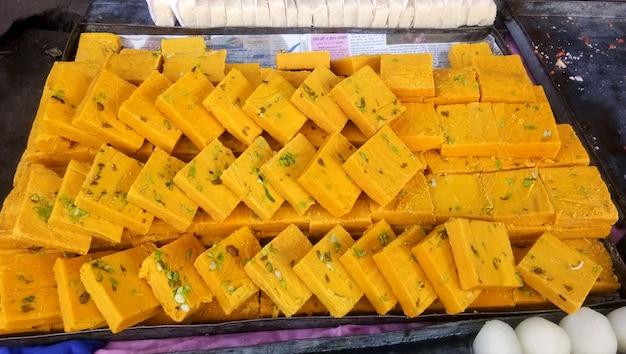 Burfi indiase snoepjes verkocht op straatstalletjes