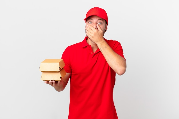 Burger bezorgt man die mond bedekt met handen met een geschokte?