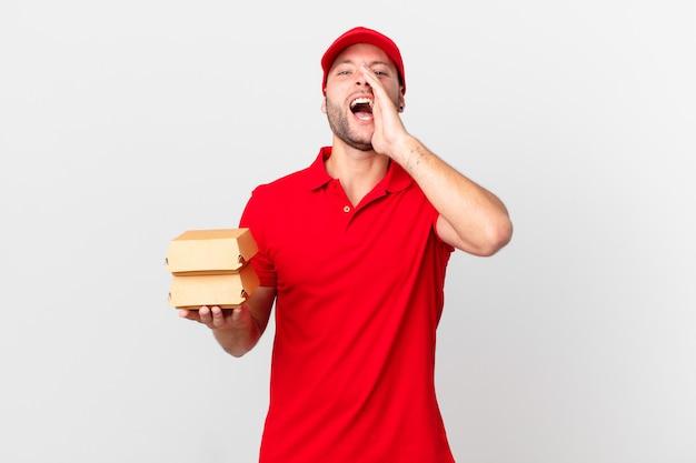 Burger bezorgt man die zich gelukkig voelt, een grote schreeuw geeft met de handen naast de mond?