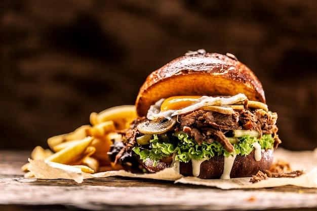 Burger gevuld met geraspte gekonfijte kalkoenei-champignons en frietjes.