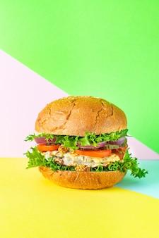 Burger heerlijke gegrilde kotelet sandwich en groenten portie