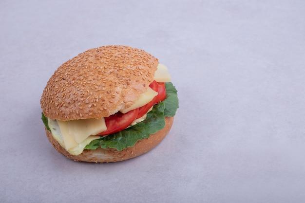Burger met omelet, tomaten, champignons en ui.